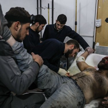 متطوع أصيب أثناء تاديته لعمله في إنقاذ المدنيين