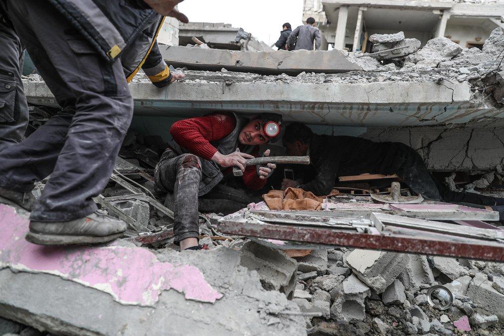 اخلى المتطوعون شخص كان قد علق تحت الأنقاض بعد قصف جوي استهدف منازل المدنيين في الغوطة الشرقية