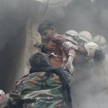 إنقاذ طفل بعد قصف الطيران الجوي لإحياء حلب السكنية