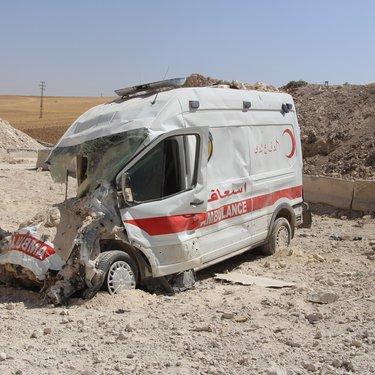 سيارة اسعاف بعد استهدافها بغارة جوية
