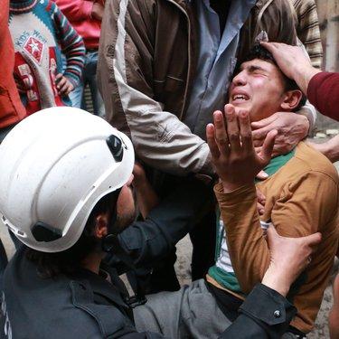 مشهد مفجع لمتطوع إثر تلقيه خبر مقتل أخيه المتطوع