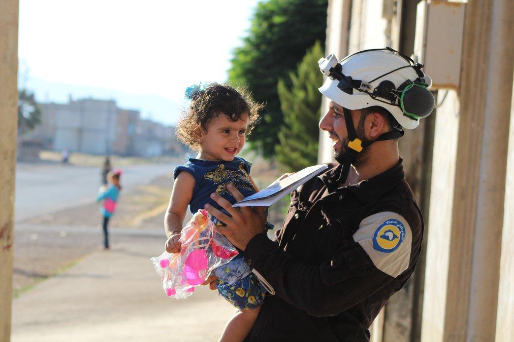 حملة توعوية قام بها متطوعو الدفاع المدني لتعليم الإطفال كيفية التصرف عند حدوق القصف وكيفية الإبتعاد عن الإسلحة غير المنفجرة