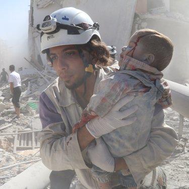 إنقاذ طفل من قصف البراميل المتفجرة في حلب
