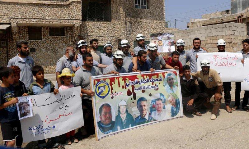 وقفة احتجاجية لمجموعة من المتطوعين استنكاراً لإستهداف الطيران الحربي لفرق الدفاع المدني ومتطوعي العمل الإنساني